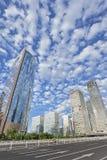 Grattacieli contro un cielo blu nuvoloso nel centro di Pechino, Cina Immagine Stock