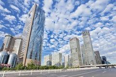Grattacieli contro un cielo blu nuvoloso nel centro di Pechino, Cina Fotografie Stock Libere da Diritti