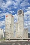 Grattacieli contro un cielo blu nuvoloso nel centro di Pechino, Cina Immagini Stock Libere da Diritti