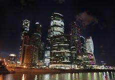 Grattacieli della città di Mosca di notte Fotografia Stock