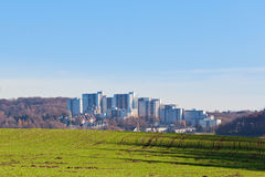 Grattacieli di appartamento urbani sul campo verde Immagini Stock