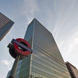 Grattacieli di Londra ed il segno sotterraneo Fotografie Stock