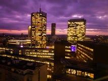 Grattacieli di Praga nell'ora blu con il cielo porpora Architettura moderna dell'ufficio Immagini Stock