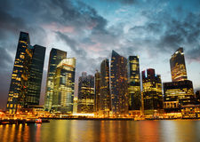 Grattacieli di Singapore dentro in città a tempo di sera Fotografie Stock