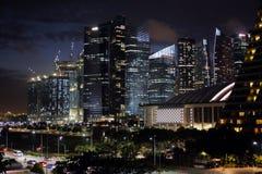 Grattacieli di Singapore a Marina Bay nella penombra Fotografia Stock Libera da Diritti