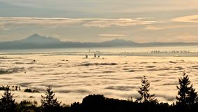 Grattacieli di Vancouver coperti di nebbia come visto dalla montagna di Cypress Fotografia Stock