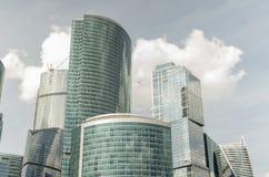 Grattacieli di vetro contro il cielo Fotografia Stock Libera da Diritti