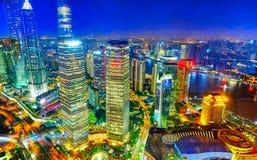 Grattacieli di vista di notte, costruzione della città di Pudong, Shanghai, Cina Fotografia Stock Libera da Diritti