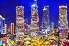 Grattacieli di vista di notte, costruzione della città di Pudong, Shanghai, Cina Fotografie Stock