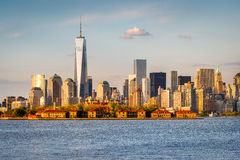 Grattacieli e Ellis Island del Lower Manhattan da New York Harbo Fotografia Stock Libera da Diritti