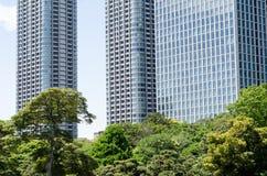 Grattacieli e giardino giapponese immagine stock libera da diritti