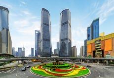 Grattacieli e letto di fiore variopinto sulla rotonda di Mingzhu fotografie stock libere da diritti