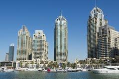 Grattacieli e porticciolo del Dubai dei leisureboats Immagine Stock Libera da Diritti