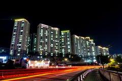 Grattacieli in A-Ju Dong Town, città di Geoje, Corea del Sud alla notte immagine stock libera da diritti