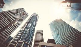 Grattacieli moderni di affari con le alte costruzioni, architettura al cielo Fotografie Stock