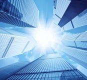 Grattacieli moderni e luce vivida del sole Immagine Stock