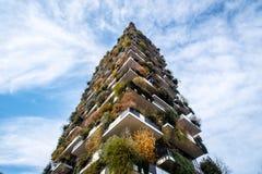 Grattacieli moderni ed ecologici con molti alberi su ogni balcone fotografia stock