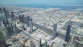 Grattacieli moderni su Sheikh Zayed Road, nel cuore del distretto finanziario del video del metraggio delle azione del Dubai archivi video