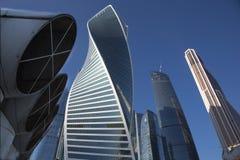 Grattacieli nella città di Mosca contro il cielo blu Immagini Stock Libere da Diritti