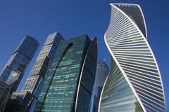 Grattacieli nella città di Mosca contro il cielo blu Fotografie Stock Libere da Diritti