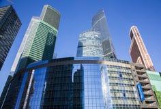 Grattacieli nella città di Mosca contro il cielo blu Fotografia Stock Libera da Diritti