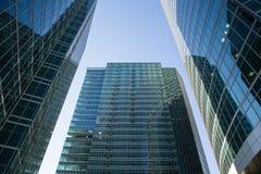 Grattacieli nella città di Mosca contro il cielo blu Immagini Stock
