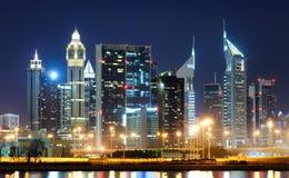 Grattacieli più alti stupefacenti nell'area della strada di Sheikh Zayed durante la notte con i neon variopinti Il Dubai, Emirati Immagine Stock