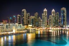 Grattacieli più alti stupefacenti in strada di Sheikh Zayed e centro della città durante la notte Il Dubai, Emirati Arabi Uniti Immagini Stock