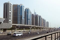Grattacieli, strada principale e metropolitana del centro del Dubai fotografia stock