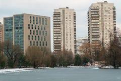 Grattacieli urbani moderni di affari e dell'alloggio accanto al parco pubblico storico di Vorontsovskiy mosca La Russia Fotografie Stock