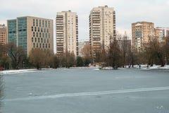 Grattacieli urbani moderni di affari e dell'alloggio accanto al parco pubblico storico di Vorontsovskiy mosca La Russia Immagini Stock Libere da Diritti