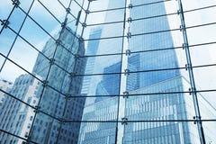 Grattacieli visti attraverso la finestra, New York fotografia stock libera da diritti