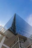 Grattacielo alto contro cielo blu Fotografia Stock Libera da Diritti