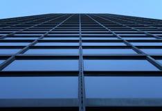 Grattacielo che raggiunge il cielo Fotografie Stock Libere da Diritti