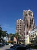 Grattacielo con gli strati allungato al cielo blu Immagine Stock Libera da Diritti