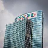 Grattacielo con il logo dell'Expo a Porta Nuova a Milano, Italia Fotografia Stock