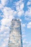 Grattacielo con le antenne sulla cima Fotografia Stock