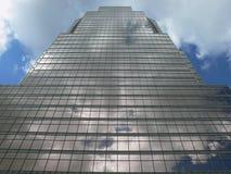Grattacielo con le nubi Immagine Stock