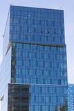 Grattacielo con una facciata di vetro blu contro il cielo Immagini Stock