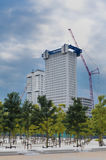 Grattacielo in costruzione a Rotterdam con l'alto scaffo blu fotografie stock libere da diritti