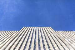 Grattacielo del Brutalist con cercare dei cieli blu immagine stock