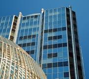Grattacielo della città e ciotola glasshaped costruzione Fotografie Stock