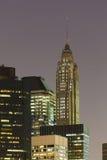 Grattacielo della via di 70 pini alla notte Immagini Stock