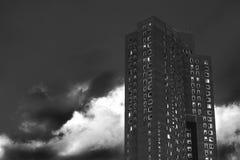 Grattacielo di appartamento del centro di Manhattan un giorno dell'annuvolamento e nuvoloso, in bianco e nero, Manhattan, New Yor immagini stock