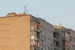 Grattacielo di appartamento del mattone al tramonto fotografie stock