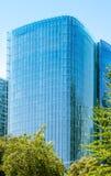 Grattacielo di vetro con gli alberi Fotografia Stock Libera da Diritti