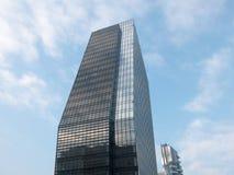 Grattacielo di vetro moderno dell'ufficio con cielo blu Fotografia Stock Libera da Diritti
