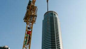 Grattacielo di vetro moderno visto dal fondo stock footage