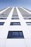 Grattacielo di vetro su cielo blu Fotografia Stock Libera da Diritti