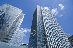 Grattacielo di vetro su cielo blu Immagini Stock Libere da Diritti
